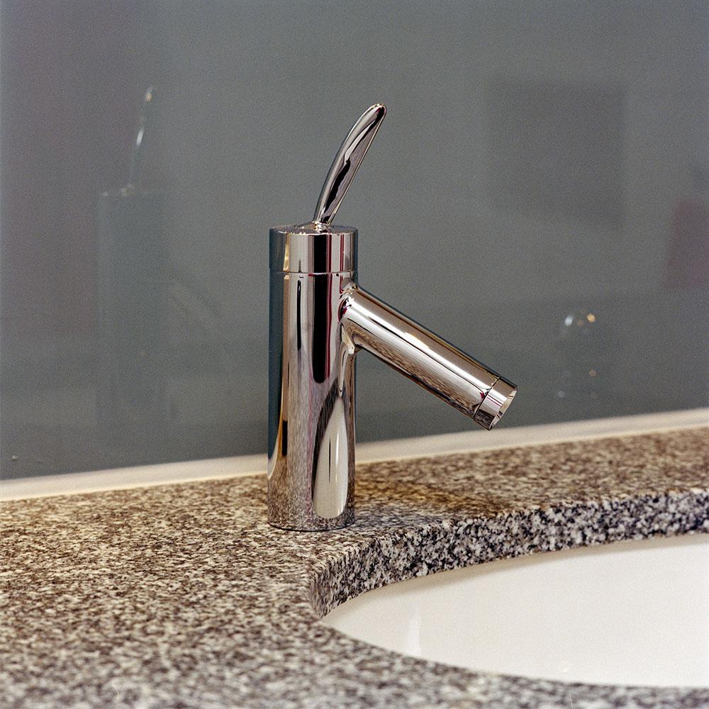 badrumskran från Axor med granitbänk och underlimmad vask