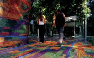 Glasmosaik av Muranoglas från Italien i regnbågens alla färger både på golv och väggar