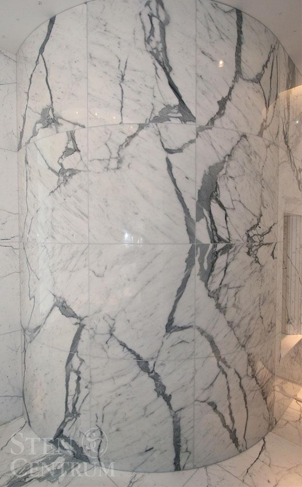 Duschvägg i svängd vit marmor från Italien