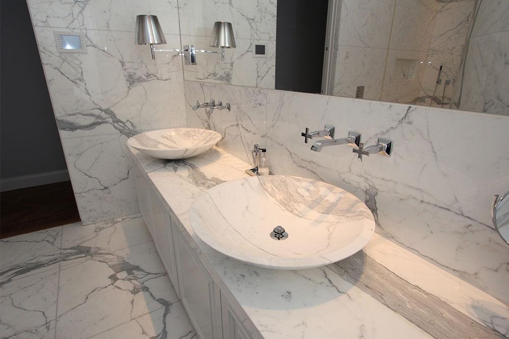 Prisbelönt marmorbadrum med vaskar, golv och väggar i vit statuariomarmor