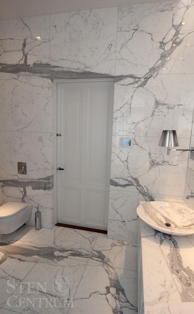 Badrum i statuariomarmor som golv och vägg och vaskar