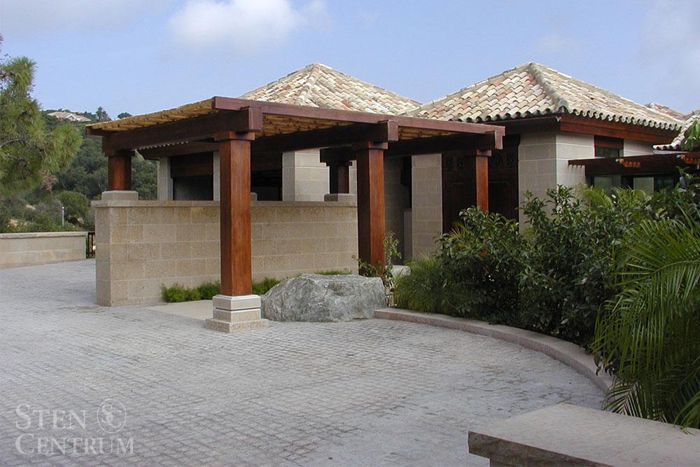 Fasader i beige kalksten med marksten i granit