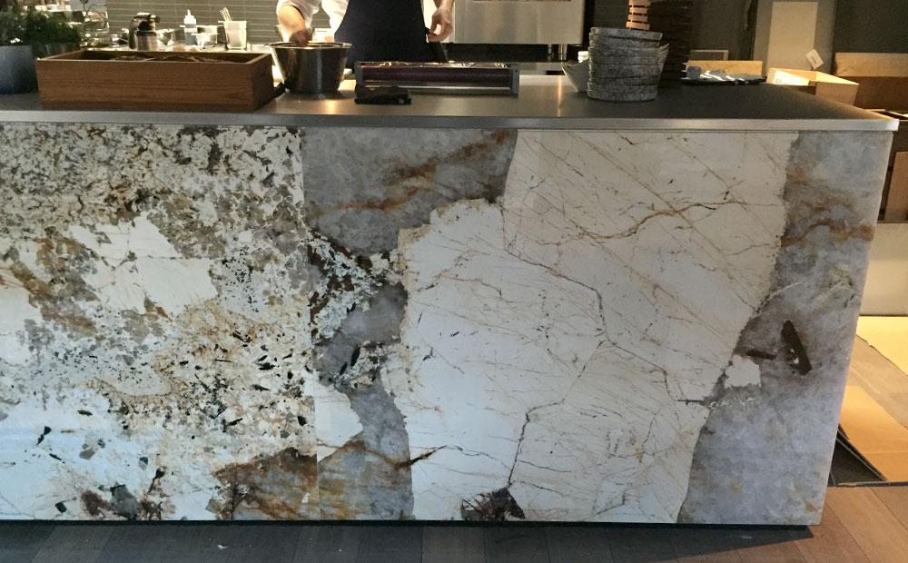 Barinklädnad av mönstrad beige granit
