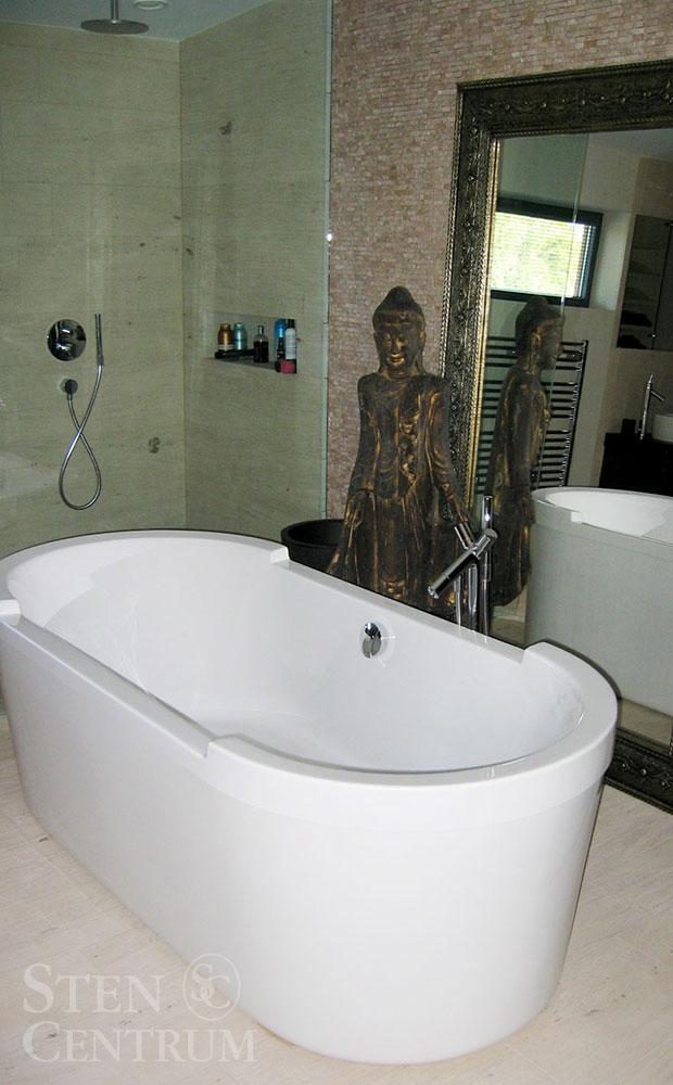 Badrum med kalkstensgolv och mosaik av travertin
