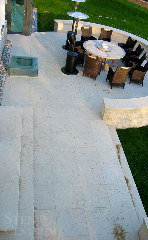 fransk kalksten på terrass och trappa och till mur