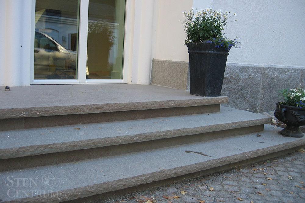 Trappa i gråbrun kalksten med rundhuggna kanter