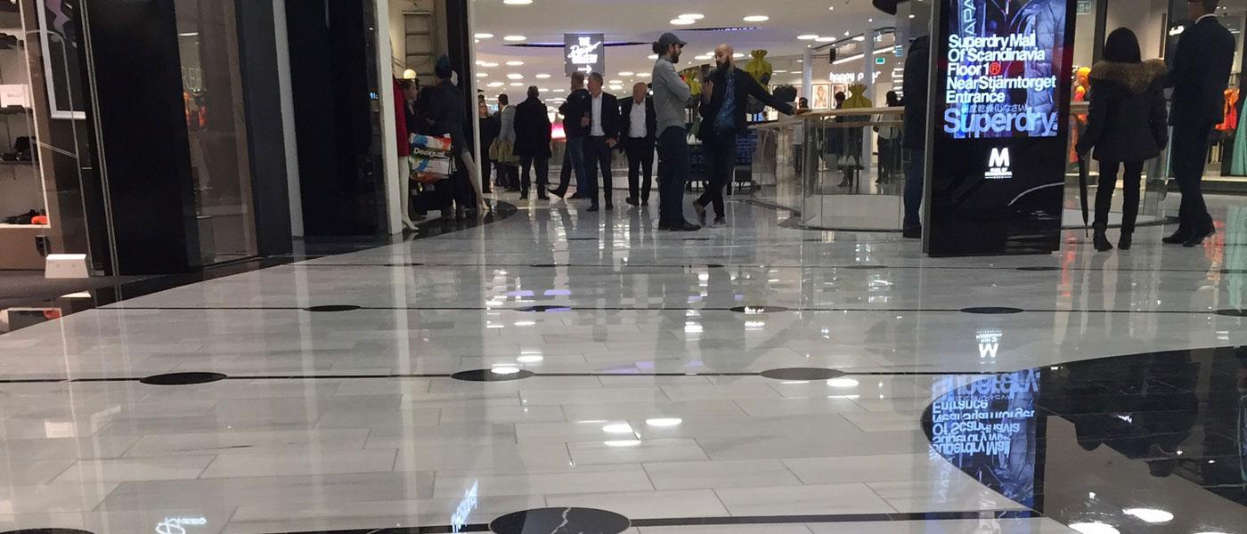Vitt marmorgolv med svart mönster i köpcentrum