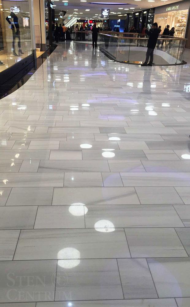 Polerade vita marmorgolv i köpcentrum