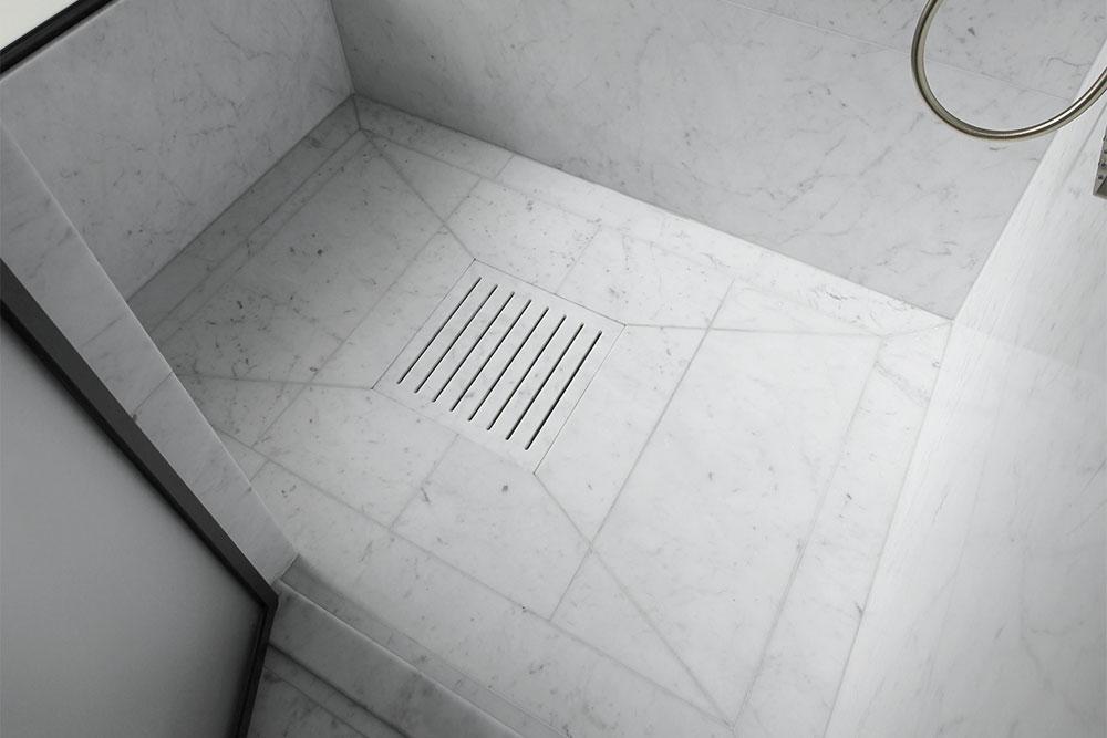 Golvbrunn i dusch i bianco carrara