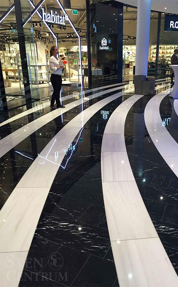 Svart och vit marmor lagt i ränder på golv