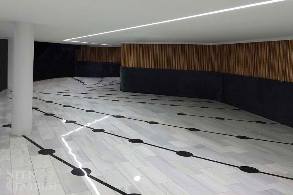 Golv med vit marmor och infräst mönster av svart marmor