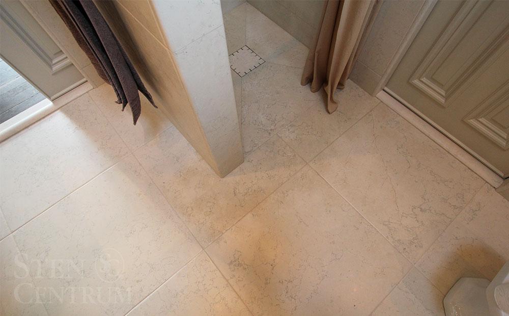 Golv i badrum och dusch av marmor från Italien