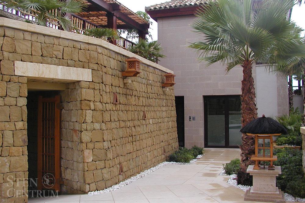 Stenfasad av murad gulbrun kalksten