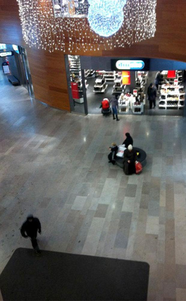 Golvplattor av kalksten i köpcentrum