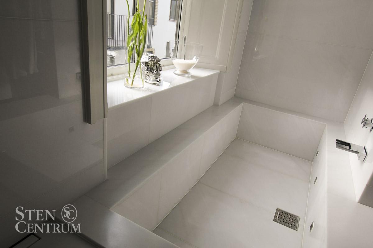 Badkar och vägg i vit Lasa marmor