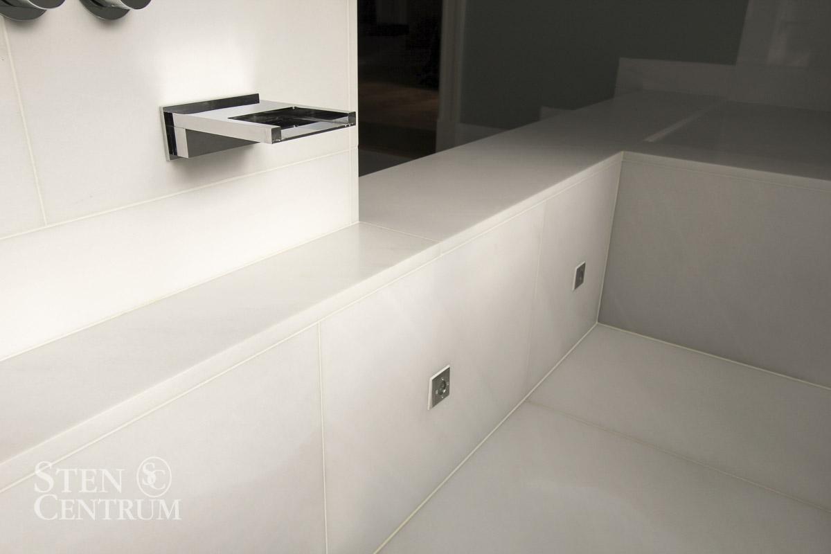 Detalj vid badkar i vit Lasa marmor