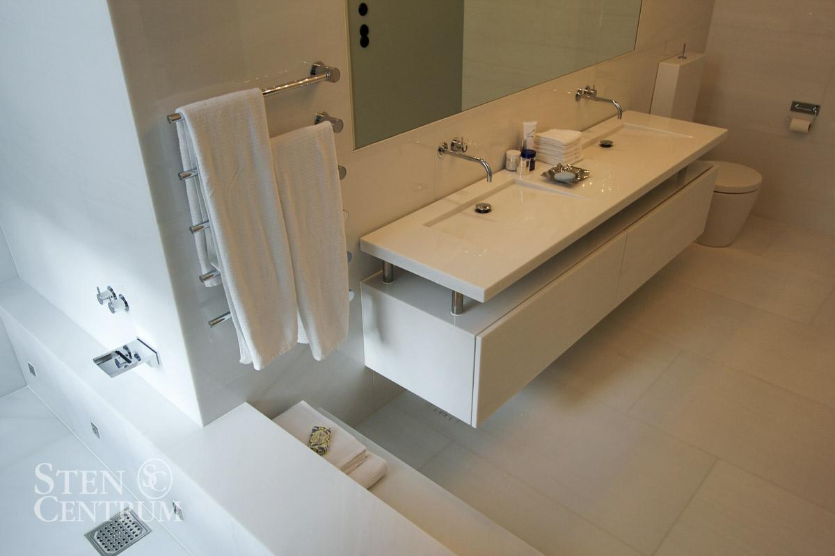 Badrum helt i vit marmor med badrumsmöbel i samma marmor
