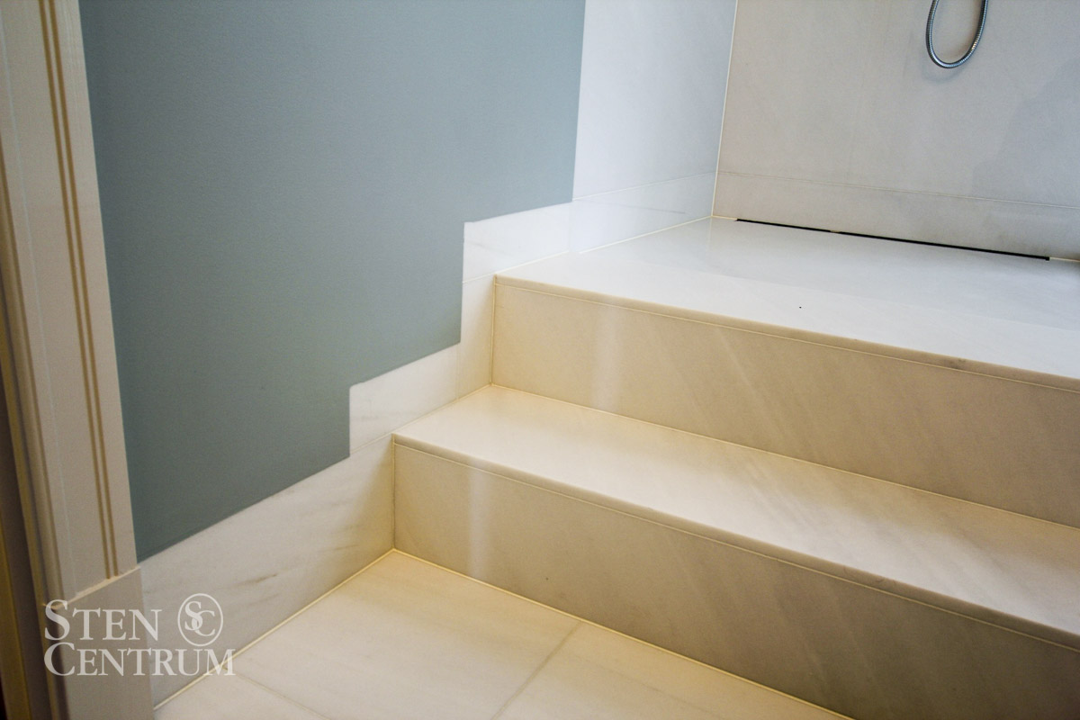 trappsteg i vit marmor