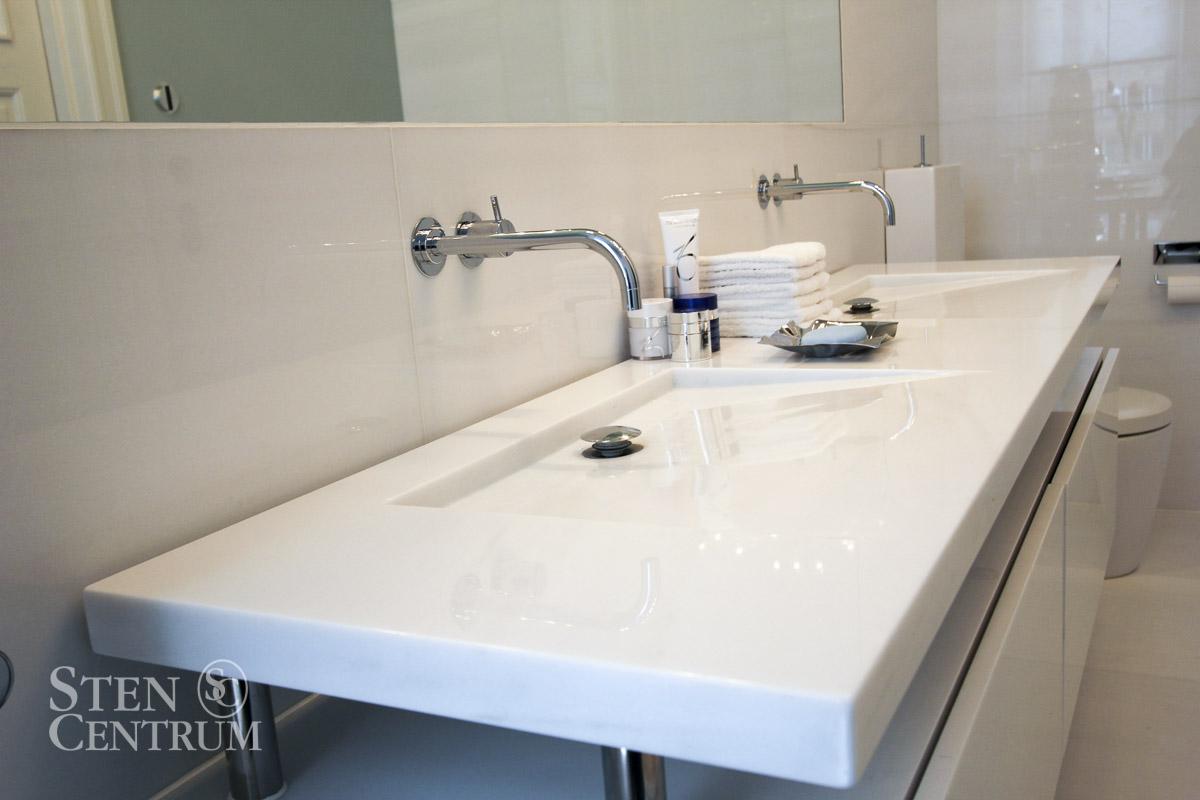 Badrumskiva i vit marmor med specialdesignade vaskar