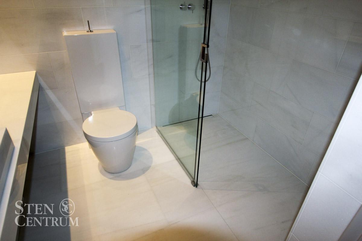 Marmorgolv och marmorvägg i badrum