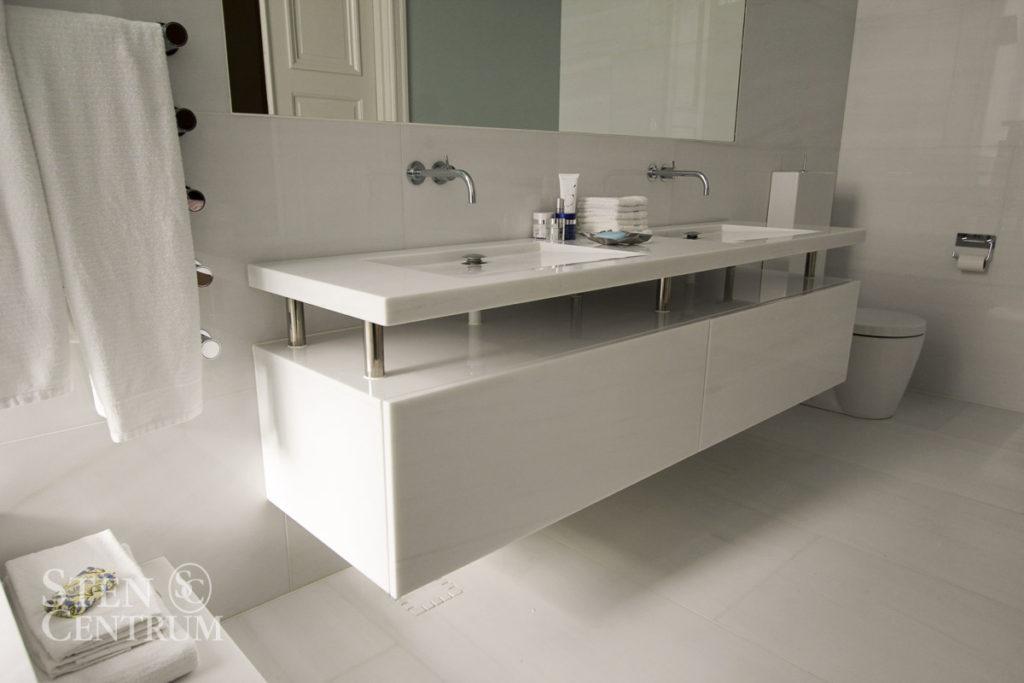 Badrumsbänk och badrumsmöbel i vit polerad marmor