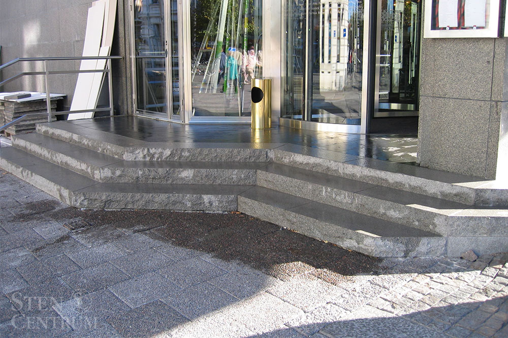 Trappa till hotell av massiva granitsteg