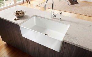 Beige bänkskiva i kvartskomposit från Okite med nerfälld porslinsvask