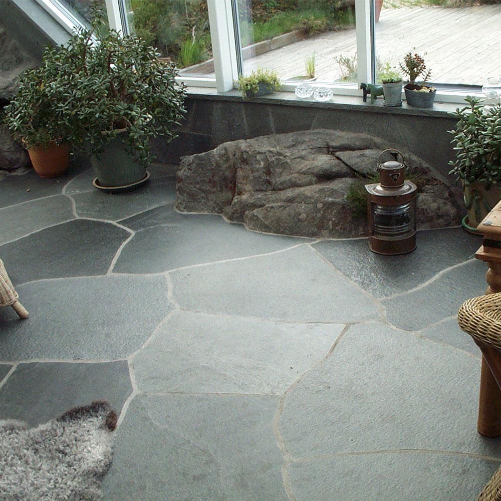 Uterum med golv av offerdalsskiffer där plattorna är oregelbundna i polygonform