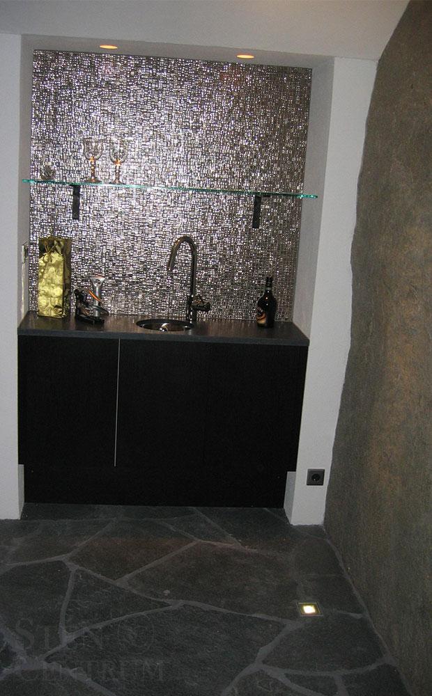 vinkällare med oregelbunden skiffer, granitbänkskiva och glasmosaik