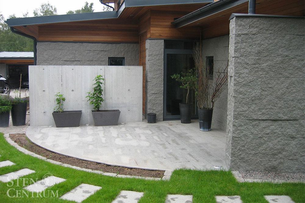 Granit på villafasad och som marksten vid uteplats