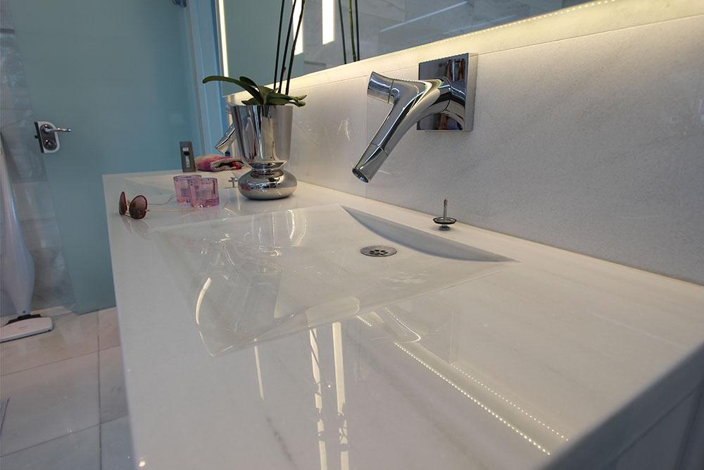Handfat i badrum i specialdesignad vit marmor