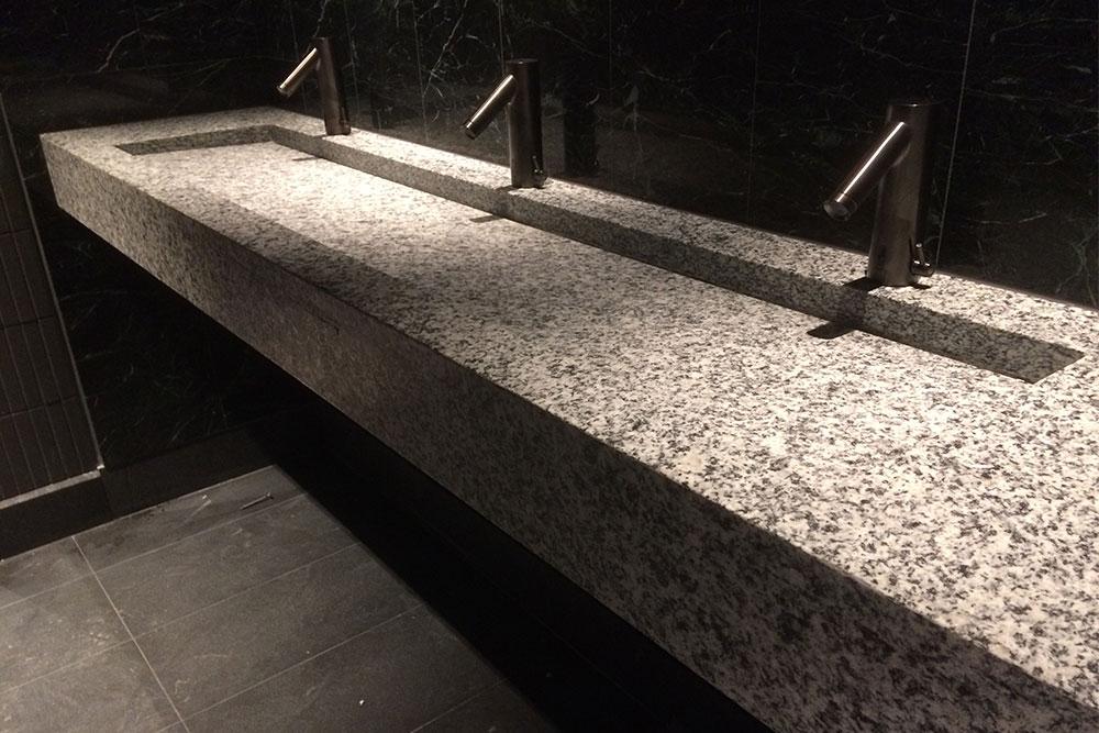 Specialtillverkad vask i granit på hotell at Six