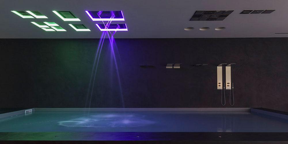 Stora takduschar med belysning i olika färger