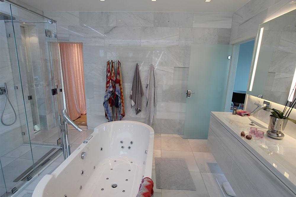 Badrum i vit marmor till golv, väggar och badrumsmöbel