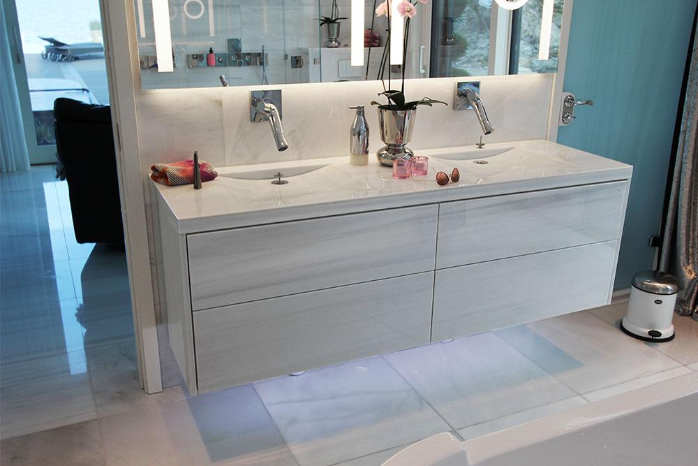 Badrumsmöbel helt i vit marmor och golv i vit marmor