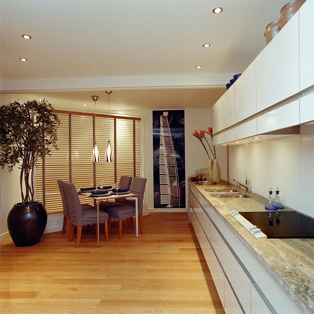 Granitbänkskivor i kök i terrakotta färgad melerad sten