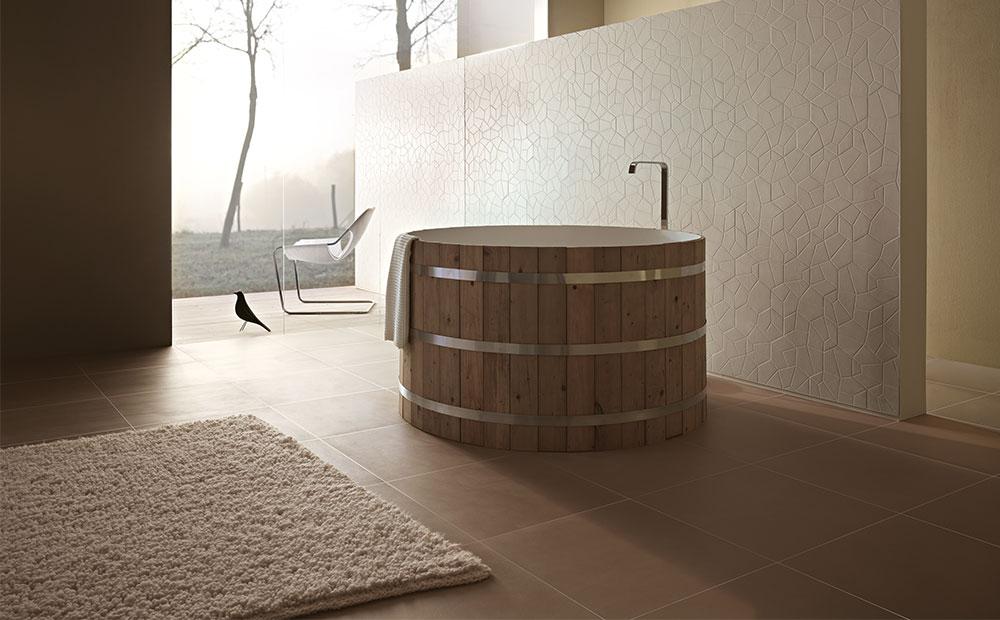 Runt träbadkar på brunt klinkergolv och ljusa plattor med polygonform på vägg från Brix