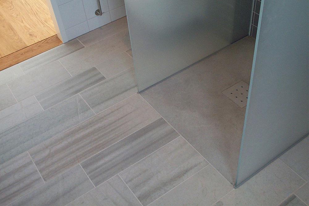 Golvplattor av kalksten i badrum och hel platta i dusch