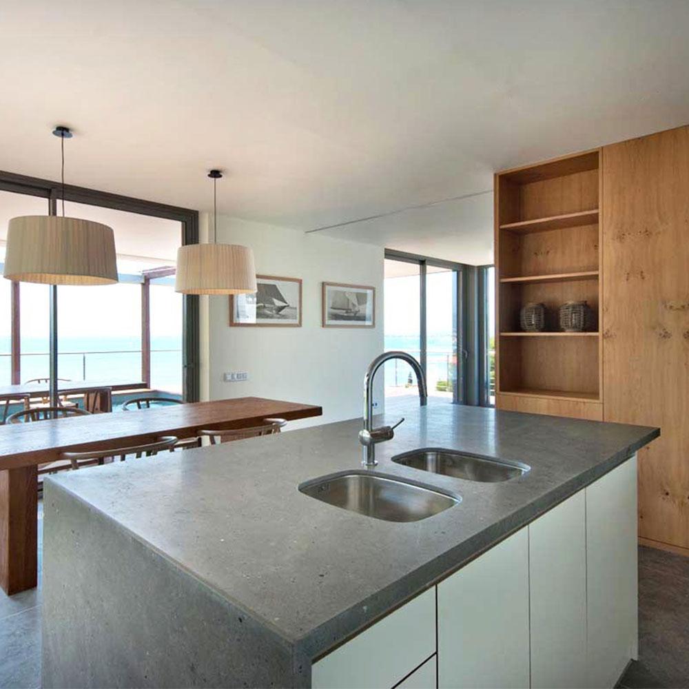 Köksö i grå kalksten med två underlimmade vaskar
