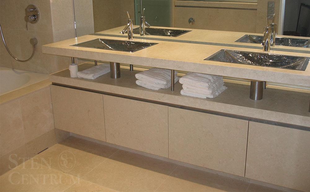 Badrumsmöbel, badrumsbänk och badrumsgolv i beige slipad kalksten