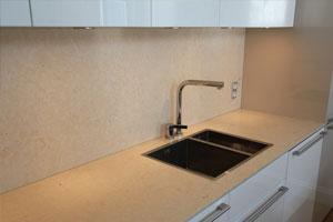 Köksbänk och stänkskydd i ljus kalksten från Frankrike