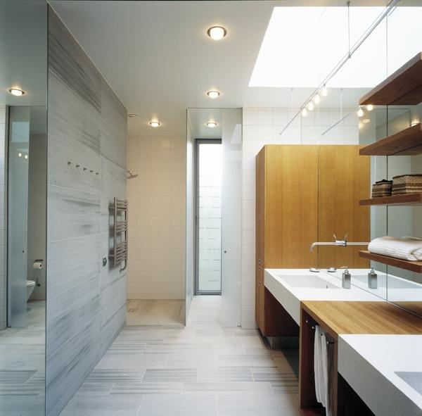 Badrumsgolv och väggar i grå kalksten