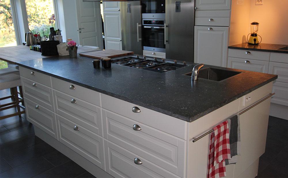 Köksö i mörkgrå kalksten och vita luckor.