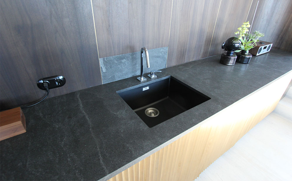 Bänkskiva i svart granit med svart underlimmad vask