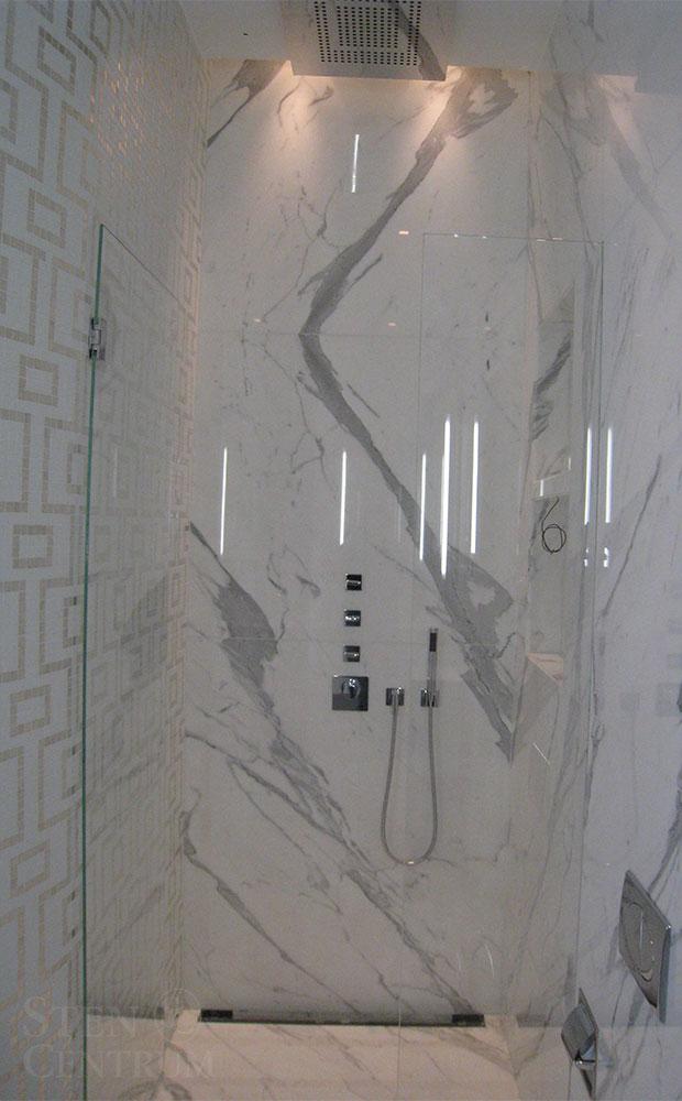 Dusch med Statuario marmor på golv och väggar med inbyggda kranar från Axor