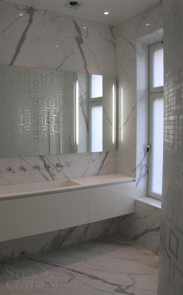 Badrum med vit bisazza glasmosaik och statuariomarmor