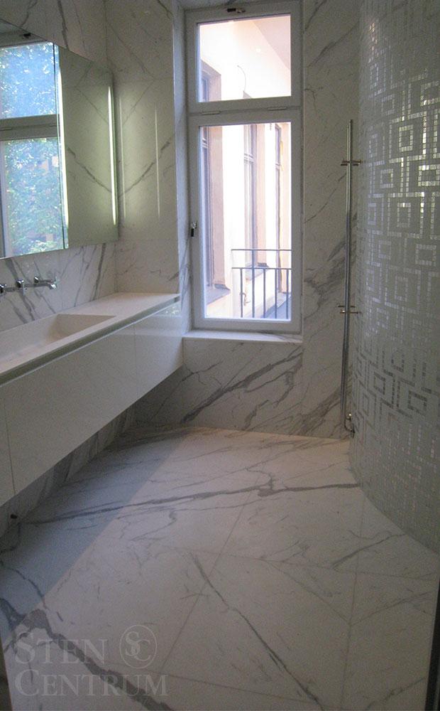 Fantastiskt marmorbadrum med ådermönstring på golv och väggar