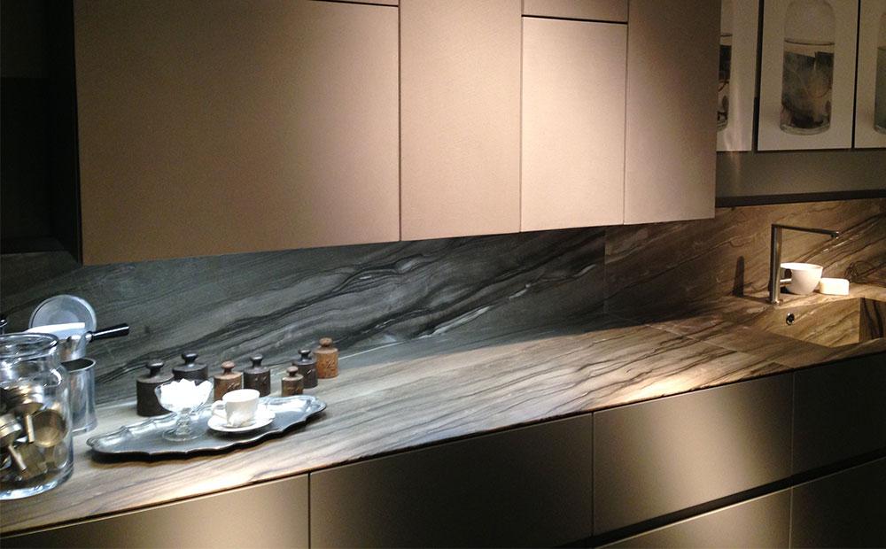 Bänkskiva och stänkskydd i kök av brunmelerad frappuccino marmor