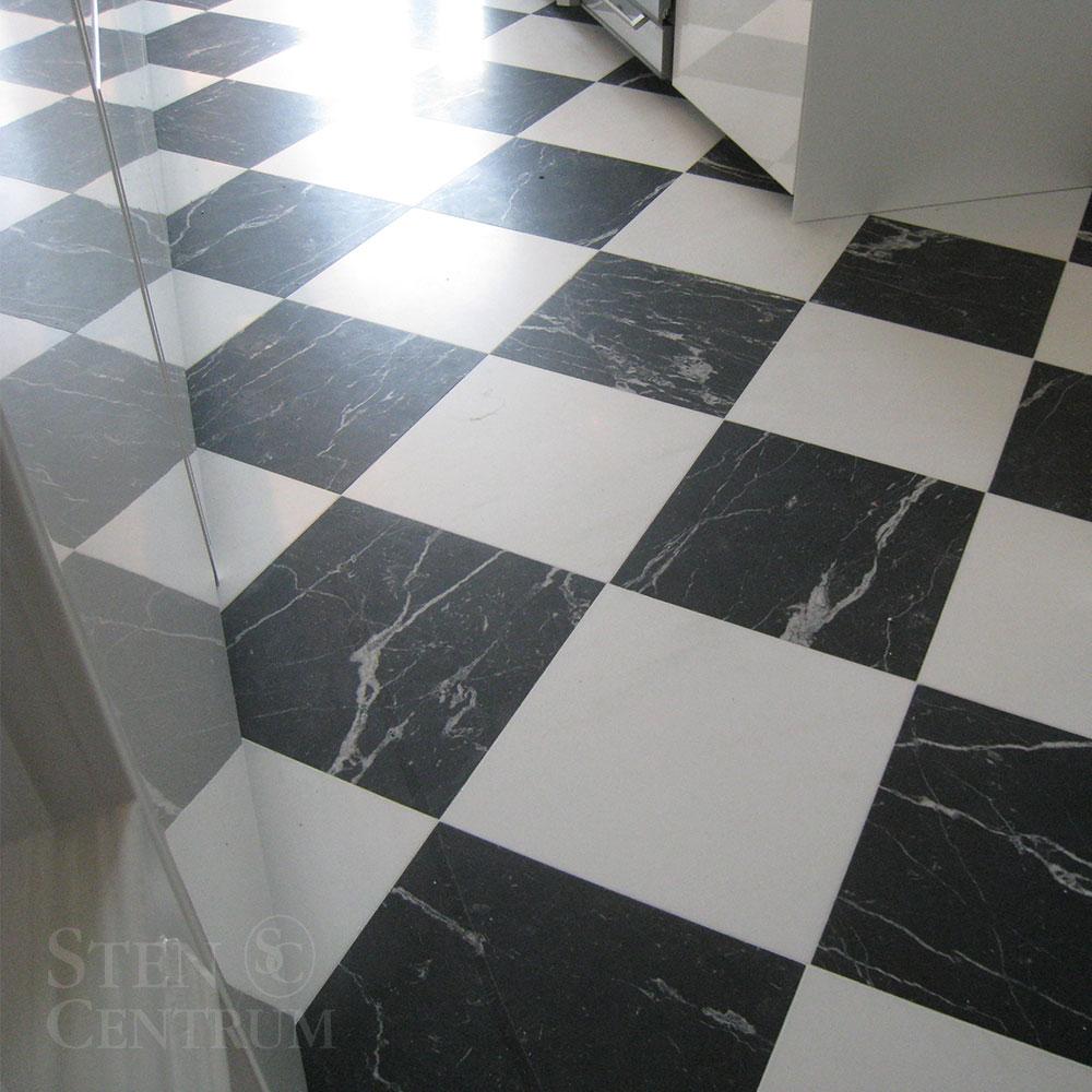 Marmorgolv i schackmönster med svart och vit sten
