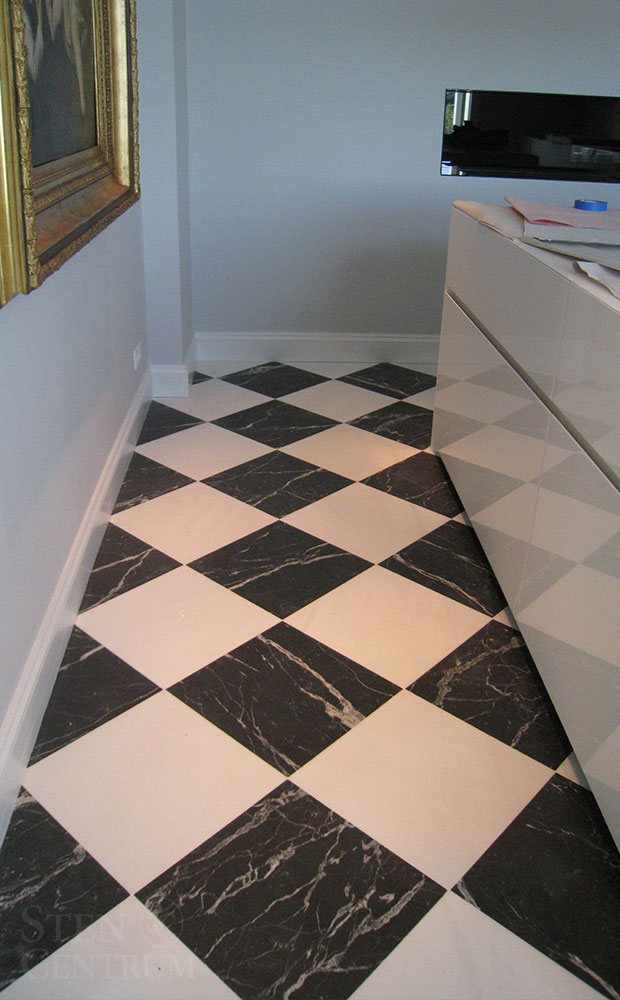 Golv i kök med svart och vit marmor i schackmönster